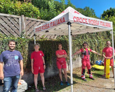 L'assessore allo Sport Enrico Tavan insieme ai bagnini della Croce Rossa di Rivoli, gruppo Operatori polivalenti salvataggio in acqua